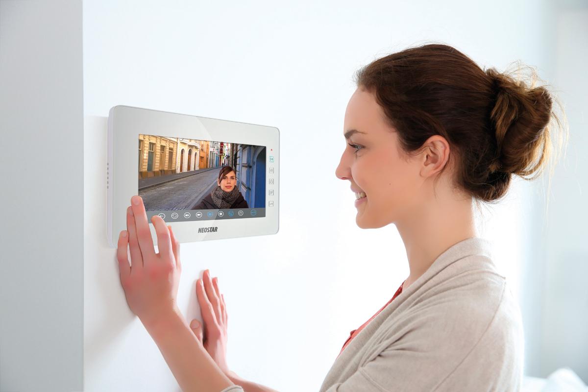 video t rsprechanlage mit 3x 10 bidschirm und aufputz t rstation f r 1 familienhaus bmv. Black Bedroom Furniture Sets. Home Design Ideas